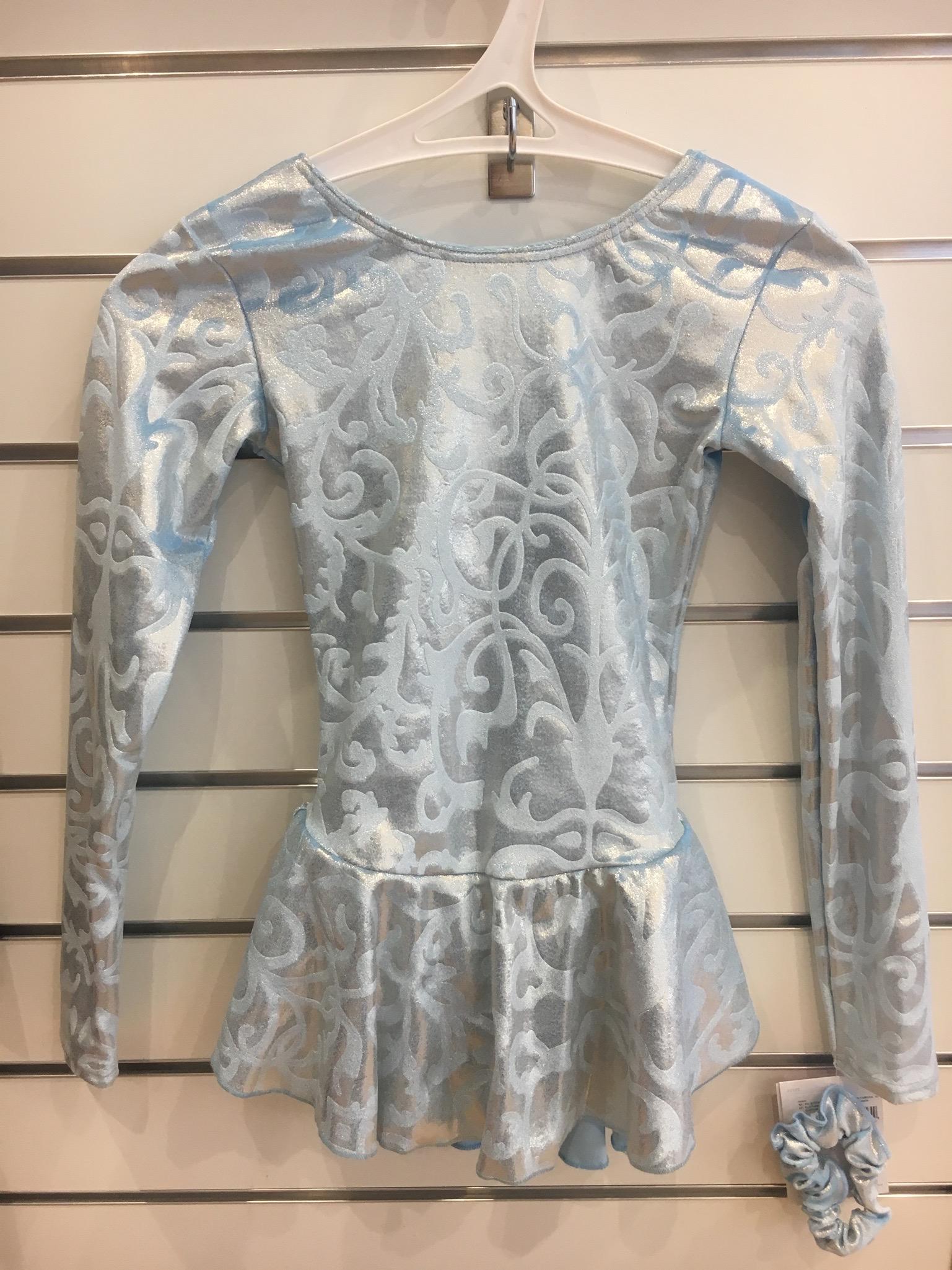 Ljusblå sammetsklänning. Ljusblå sammetsklänning. Långärmad klänning i sammet  med ... 0dab45beec1a4