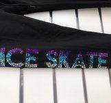 Texten ICE SKATE i glittriga hologrampaljetter