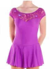 Lila klänning med spetsdetaljer från Sagester