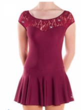 Vinröd klänning med spetsdetaljer från Sagester