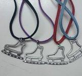 Halsband med skridsko i tenn