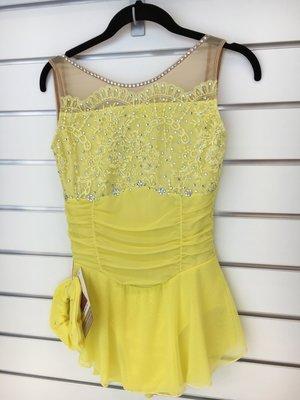 Gul klänning med spetsdetaljer