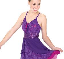 Lila axelbandsklänning