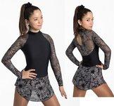 Långärmad klänning med spännande mönster
